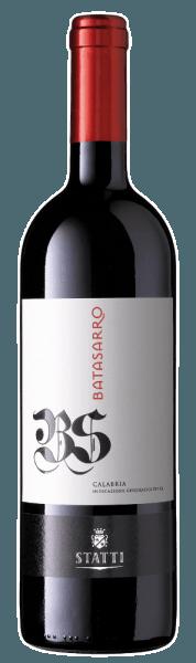 An den Rändern zeigt dieser italienische Rote zudem einen Übergang ins granatrote. Beim Schwenken des Glases kann man bei diesem Rotwein eine perfekte Balance wahrnehmen, denn er zeichnet sich an den Glaswänden weder wässrig noch sirup- oder likörartig ab. Die Aromatik dieses Rotweins aus Kalabrien wird bestimmt von Nuancen nach verschiedensten roten und schwarzen Beeren und dunklen Früchten wie Sauerkirschen und Pflaumen. Am Gaumen startet der Batasarro Calabria von Statti wunderbar aromatisch, fruchtbetont und balanciert. Manche Weine sind auf dem Etikett trocken, andere sind es wirklich. Dieser Rotwein gehört zur zweiten Gruppe, denn er wurde mit nur 1,5 g Restzucker in die Flasche gefüllt. Ausgeglichenen und komplex präsentiert sich dieser dichte Rotwein am Gaumen. Durch seine präsente Fruchtsäure offenbart sich der Batasarro Calabria am Gaumen traumhaft frisch und lebendig. Das Finale dieses gereiften Rotwein aus der Weinbauregion Kalabrien überzeugt schließlich mit schönem Nachhall. Der Batasarro Calabria ist ein Alte Welt-Wein durch und durch, denn dieser Italiener versprüht einen außergewöhnlichen europäischen Charme, der ganz klar den Erfolg von Weinen aus der Alten Welt unterstreicht. Nach der Handlese gelangen die Weintrauben zügig in die Kellerei. Hier werden sie selektiert und behutsam aufgebrochen. Anschließend erfolgt die Gärung im kleinen Holz bei kontrollierten Temperaturen. Nach dem Abschluss der Gärung wird der Batasarro Calabria noch für 18 Monate in Fässern aus Eichenholz ausgebaut. Speiseempfehlung zum Statti Batasarro Calabria Trinken Sie diesen Rotwein aus Italien idealerweise temperiert bei 15 - 18°C als begleitenden Wein zu