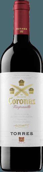DerCoronas Tempranillo von Miguel Torres wird aus den Rebsorten Tempranillo (86%) und Cabernet Sauvignon (14%) vinifziert. Im Glas präsentiert sich dieser spanische Rotwein in einem zarten Kirschrot. Das Bouquet offenbart herrliche Noten nach Waldbeeren (insbesondere Erdbeere und Brombeere) sowie Anklänge nach Lakritz und Gewürzen. Der Gaumen lässt sich auch von den Aromen der Nase verwöhnen. Der Charakter dieses Rotweins ist wunderbar sanft und rund mit samtigen, weichen Tannine. Das lange Finale wird von dezenten Röstnoten getragen. Vinifikation des Coronas von Miguel Torres Die frischen Trauben werden im Edelstahltank bei einer kontrollierten Temperatur von 27-28 °C vergoren. Dieser Wein bleibt nun für weitere 10 Tage auf der Maische stehen. Dadurch wir den Beerenhäuten ein Maximum an Farbstoffen, sanften Tannin und Aromen schonend entzogen. Zum Schluss lagert dieser Rotwein neun Monate in Fässern aus amerikanischer und französischer Eiche (jeweils zu 50%). Speiseempfehlung zum Miguel Torres Coronas Dieser trockene Rotwein aus Spanien ist der perfekte Speisebegleiter zu kräftigen Eintöpfen, zu würzigen Weichkäse oder auch zu spanischen Abenden mit vielfältigen Tapas, gegrilltem Fleisch und Paella.