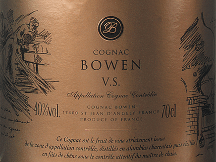 DerCognac VS von Cognac Bowen ist ein verführerischer, eleganter Weinbrand aus den Rebsorten Ugni Blanc (80%), Colombard (15%) und Folle Blanche (5%). Im Glas schimmert dieser Cognac in einem dunklen Gold mit bernsteinfarbenen Glanzlichtern. Das aromatische Bouquet wartet mit Noten nach Blüten, fruchtigen Aromen nach Birnen und Pflaumen sowie Anklänge nach Nüssen auf - durch den Ausbau in Limousin-Eiche gesellen sich noch zarte Nuancen nach Vanille hinzu. Am Gaumen wird die sanfte Persönlichkeit von einem kraftvollen Körper mit lebhafter Fruchtfülle ummantelt. Die blumige Aromatik der Nase wird weiter von leicht würzigen Holznoten begleitet. Das elegante Finale besitzt eine wunderschöne Länge. Vinifikation des Cognac Bowen VS Die Trauben für diesen Cognac werden bereits sehr früh gelesen und zu einem starksäurehaltigen Weißwein vergoren. Die Säure schützt vor Oxidation, da Cognac nicht geschwefelt wird. Dieser Grundwein wird nun im Kupferbrennkessel zweimal nach demtraditionellen charentaiser Brennverfahren destilliert. Für die Reife werden Holzfässer aus Limousin-Eiche gewählt. Darin reift dieser Cognac für mindestens 2 - 3 Jahre. Servierempfehlung für den Bowen Cognac VS Genießen Sie diesen französischen Weinbrand gerne einfach nur Solo - egal ob pur oder auf Eis - oder servieren Sie diesen Cognac als Digestif zum Kaffee.