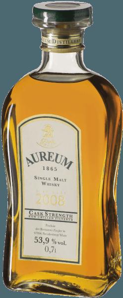Der Aureum 1865 Fassstärke Single Malt Whisky von Ziegler schimmert Goldbraun im Glas und verströmt intensive Sherrynoten. Das Bouquet wird abgerundet durch florale Anklänge und Honig. Dieser Whisky präsentiert sich am Gaumen rund und malzig mit feinen Tönen von Früchten und Sherry. Der fruchtig süße Nachhall ist lang und intensiv. Herstellung des Ziegler Aureum 1865 Fassstärke Der sogenannte newmake, der frisch gebrannte Whisky, wurde auf etwa 63% vol. reduziert und für ein Jahr zur Hälfte in Kastanienfässer und zur anderen Hälfte in Allier-Eichenfässer gebracht. Anschließend wurde dieser Single Malt Whisky in gebrauchte Bourbonfässer umgelagert. Den Abschluss der Reifung krönte ein Finish in Sherryfässern. Während der Reifung reduzierte sich der Alkoholgehalt auf 53,9 % vol. Servierempfehlung für den Ziegler Aureum 1865 Fassstärke Genießen Sie diesen deutschen Whisky als Digestif, zur Zigarre, zu Espresso oder Schokolade.