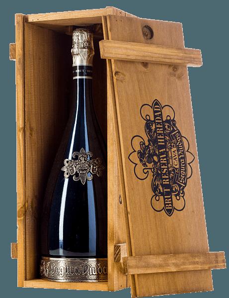 Der Heredad Reserva Brut DO von Segura Viudas ist ein absoluter Premium-Cava aus den Rebsorten Macabeo (67%) und Parellada (33%). Nicht nur die dekorative Flasche mit dem Zinnfuß ist ein wahrer Hingucker, sondern auch die strahlend goldgelbe Farbe mit silbernen Reflexen. Die Perlage zeigt sich mit langanhaltenden und feinen Perlenschnüren. In der Nase präsentiert dieser Schaumwein aus Spanien reife Hefetöne mit fruchtigen Noten nach Zitrus und gelben Früchten. Der Gaumen wird von Noten nach Dörraprikose und Nuancen von Limone und Waldhonig verwöhnt. Der lange Abgang spiegelt nochmals die herrlichen Aromen wider. Vinifikation des Heredad Reserva Brut Die Trauben für diesen Cava von Segura Viudas werden sorgsam mit der Hand gelesen. Von 15-20 Jahre alten Rebstöcken stammen die Macabeo und ParelladaTrauben. Nach der ersten temperaturkontrollierten Gärung im Edelstahltank erfolgt eine 30 monatige Lagerung auf der Hefe (Flaschengärung). Speiseempfehlung für den Reserva Heredad Dieser Cava ist ein toller Speisegleiter zur asiatischen Küche - wie Nasi Goreng, Saté-Spieße mit Erdnusssauce oder auch Curry Rendang - spanischen Tapas und zu feinen Leberpasteten und Hartkäse. Auszeichnungen für den Segura Viudas Heredad Vinum: 17 Punkte Mundus Vini: Silber Medaille (vergeben 2016) Guía Peñín: 92 Punkte (vergeben 2015)