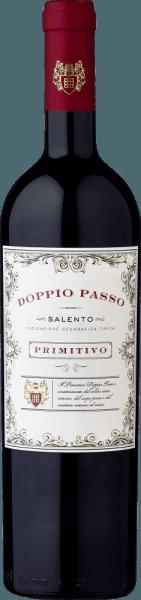 """Der Doppio Passo Primitivo aus der apulischen Region Salento zeigt sich im Glas in einem herrlichen Rubinrot mit purpurnen Reflexen. Das Bouquet dieses Rotweins aus Italien verströmt einen wunderbaren Mix aus dunklen Beerenfrüchten, Kirschen, Kräutern und Gewürzen. Am Gaumen zeigt sich dieser halbtrockene Primitivo aus Salento auf Anhieb saftig, aber ohne diesen wuchtig-fleischigen Körper, der manchmal anstrengend wirken kann. Stattdessen erlebt man beim Doppio Passo Primitivo eine tolle Geschmacksdichte mit vielen Facetten, gut eingebundene Tannine und einen anhaltenden, fruchtigen Abgang. Vinifikation des Doppio Passo Primitivo von CVCB Der Doppio Passo Primitivo von Casa Vinicola Carlo Botter erhält seine Individualität durch seine Herstellungsart.Die Besonderheit dieses Verfahrens liegt darin, dass der Wein nach der ersten Gärung erneut auf die Schalen gegeben wird, um dort ein zweites Mal zu vergären. Während dieses """"doppelten Gangs"""" (ital. doppio passo) wird aus den Schalen noch einmal Farbe und Aroma mazeriert. Das Ergebnis ist ein wunderbar weicher, fülliger und außergewöhnlich nuancenreicher Wein von einzigartiger Geschmacksdichte. Unser Urteil: """"Super lecker!"""" Der Doppio Passo Primitivo vonCasa Vinicola Carlo Botter ist in dieser Austattung (grüne Bordeauxflasche mit einem weißen Etikett) bisher im Einzelhandel erhältlich gewesen und ist seit Anfang 2017 um den Doppio PassoRosé, den Doppio Passo Bio und nach oben hin durch den Doppio PassoRiserva ergänzt wurden. Die Resonanz ist bisher sehr vielversprechend. Speiseempfehlung zumDoppio Passo Primitivo Wir empfehlen denWeinDoppio Passo Primitivo zu dunklem Fleisch und Gegrilltem. Prämierungen für den Doppio Passo Primitivo Salento Berliner Weintrophy: Gold für 2013 & 2014 Mundus Vini: Gold für 2013"""