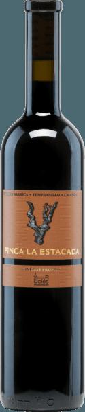 Der 12 Meses Barrica Crianza von Finca la Estacada leuchtet im Glas in einem tiefen Kirschrot mit violetten Rändern. Dieser rebsortenreine Rotwein duftet intensiv und konzentriert nach reifen Brombeeren und Pflaumen, umhüllt von würzigen Anklängen. Der kraftvolle Geschmack erinnert an fruchtige Noten und Röstaromen vom Holzausbau. Weiche Tanninen umschmeicheln den Gaumen und ein eleganter, langer Abgang rundet diesen spanischen Rotwein ab. Vinifikation desFinca la Estacada 12 Meses Barrica Crianza Die geernteten Trauben der Finca la Estacada werden zunächst entrappt, gemaischt und die daraus entstandene Maische temperaturkontrolliert in Edelstahltanks vergoren. Nach Abschluss der Gärung reift dieser Wein zunächst für 12 Monate in amerikanischen Eichenfässern ehe dieser Rotwein schließlich für weitere fünf Monate in der Flasche abrundet. Speiseempfehlung für den12 Meses Finca la EstacadaBarrica Crianza Dieser trockene Rotwein aus Spanien passt hervorragend zu Tapas, Schinken, Lamm, Rind, Steak und reifen Hartkäsesorten.