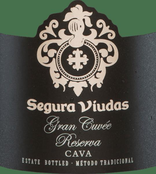 Der Gran Cuvée Reserva Brut DO von Segura Viudas ist ein Cava aus den Rebsorten Chardonnay, Macabeo, Parellada und Pinot Noir. Im Glas strahlt er mit brillantem Goldgelb und glitzernden Reflexen. Das Bouquet dieses spanischen Schaumweins offenbart komplexe Aromen von gelben Früchten, insbesondere Mirabellen mit einem Hauch Banane. Unterlegt werden die Aromen der Nase von Zitrusfrüchten und Noten nach weißen Blüten. Am Gaumen ist die Gran Cuvée Reserva Brut von Segura Viudassehr finessereich mit intensiver Frucht und ausbalanciertem Säurespiel. Ein sehr eleganter Cava, der auf jeden Fall in Erinnerung bleibt. Vinifikation der Gran Cuvée Reserva Brut von Segura Viudas Nachdem die Trauben für diesen Cava von Hand gelesen wurden, werden sie eingemaischt und der Most abgepresst. Anschließend wird er im Edelstahltank temperaturkontrolliert vergoren. Der zweiten Gärung in der Flasche folgt eine 15-monatige Flaschenreife auf der Vollhefe bevor die Gran Cuvée Reserva schließlich degorgiert wird. Speiseempfehlung für die Gran Cuvée Reserva Genießen Sie diesen spanischen Schaumwein zu Schollenfilet auf einem Gemüsebett, Lachs im Blätterteig oder zu allen Sushi-Variationen. Auszeichnungen für den Segura Viudas Cava Gran Cuvée Mundus Vini: Gold The Champagne & Sparkling Wine World Championships UK: Gold