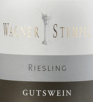 Der Riesling trocken von Wagner-Stempel ist ein rebsortenreiner, lebendiger und frischer Weißwein aus dem deutschen Weinanbaugebiet Siefersheim in Rheinhessen. Die Riesling-Trauben stammen aus biologischem Anbau. Im Glas präsentiert sich dieser Wein in einer klaren, hellgelben Farbe mit grünen Glanzlichtern. Das Bouquet überzeugt mit einer fruchtigen Aromen von Aprikosenfrucht, grünen Äpfeln und sonnengereiften Zitrusfrüchten. Auch am Gaumen kommt bei diesem deutschen Weißwein die Aprikosenfrucht zum Tragen und wird von einer frischen, animierenden Säure begleitet. Der mineralische und extraktbetonte Körper verleiht dem Wagner-Stempel Riesling ein perfekt integriertes, mittleres Volumen. Alle Komponenten stehen in einer hohen Balance zueinander und führen in ein angenehmes Finale. Vinifikation des Wagner-Stempel Riesling trocken Aus den verschiedensten Lagen der Siefersheimer Weinberge stammen die biologisch angebauten Riesling-Trauben. Die Reben wurzeln größtenteils in sandigen Lehm mit Porphyr-Verwitterungsgestein im Untergrund. Ausschließlich von Hand werden die Trauben gelesen und streng selektiert. Sobald das Lesegut im Weinkeller von Wagner-Stempel angekommen ist, wird der Most in Edelstahltanks vergoren. Anschließend wird dieser Weißwein sowohl in Edelstahltanks als auch im traditionellen Stückfass aus deutscher Eiche ausgebaut. Speiseempfehlung für den Riesling trocken Wagner-Stempel Genießen Sie diesen trockenen Weißwein aus Deutschland zu frischem Fisch mit feiner Zitronensauce, Miesmuscheln im Weißwein-Sud oder auch zu Garnelen mit Knoblauch-Dip.