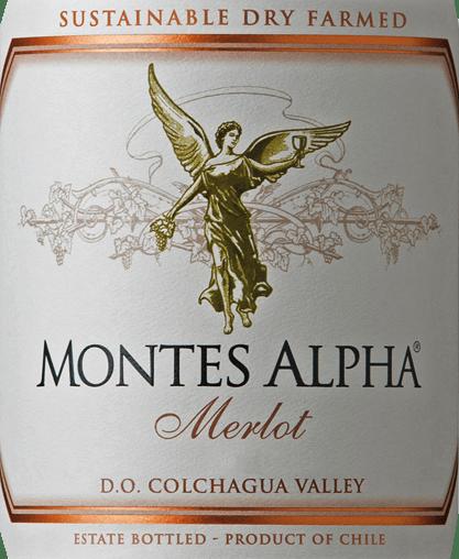 Der Montes Alpha Merlot ist eine wundervolle Cuvée aus Merlot (90%) und Carménère (10%). Im Glas leuchtet eine tiefe, konzentrierte kirschrote Farbe. In der Nase verschmelzen Aromen nach reifen roten und schwarzen Beeren (besonders Erdbeeren) mit saftigen Kirschen. Feine blumige Anklänge harmonieren perfekt mit den würzigen Noten der Eichenholzreife wie Kaffee, Tabak und Vanille. Am Gaumen ist dieser chilenische Rotwein saftig und vollmundig mit einer aromatisch pflaumigen Frucht und Noten nach dunklem Backkakao. Samtweich gereifte Tannine verleihen diesem Rotwein eine sanfte Textur und einen langen, eleganten sowie seidigen Nachhall. Vinifikation des Montes Alpha Merlot Die Trauben gedeihen in den Weinbergen der hochgelobten Finca de Apalta, die sich südwestlich der Hauptstadt Santiago de Chileim Apalta Valley befindet. Das Apalta Valley hat sich mittlerweile zu einer der besten - wenn nicht sogar der besten Region - für chilenischen Rotwein entwickelt. Nach sorgsamer Handlese aller Trauben bei optimaler Reife, werden diese in den Weinkeller gebracht - es erfolgt die vollständige Entrappung und Einmaischung. Nach alkoholischer Gärung liegt dieser Wein noch auf der Maische um die kräftigen Aromen, die wundervolle Farbe und die seidigen Tannine aus den Beerenhäuten zu konzentrieren. Der Ausbau erfolgt für 12 Monate in Barriques aus französischer Eiche. Speiseempfehlung für den Merlot Montes Alpha Wir empfehlen Ihnen diesen trockenen Rotwein aus Chile zu Pasta mit Waldpilzen, Maispoularde, Putenbraten aus dem Ofen mit Beerenkompott oder Maronen, Wildgeflügel, Lammschulter oder Rinderschmorbraten mit Kräutern oder zu Gerichten der orientalischen Küche.