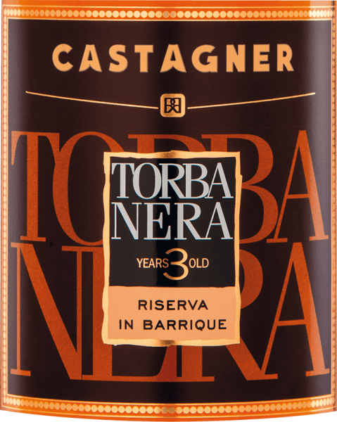 Die kraftvolle Farbe desTorba Nera Grappa 3 Anni von Castagner (torbata =geräuchert) erinnert an einen leuchtenden Bernstein. Ein faszinierender Duft mit feinen und komplexen natürlichen Aromen von rauchigem Holz, Leder, Tabak, dunkler Schokolade und Kaffee breitet sich in der Nase aus. Die Reifenoten des Holzes werden harmonisch von intensiven, komplexen weinigen Noten im Mund ergänzt. Vor der Destillation werden die Trester geräuchert und erhalten damit ein charakteristisches, einzigartiges Aroma. Wir empfehlen diesen Grappa aus der Region Treviso zu dunkler Schokolade oder einer aromatischen Zigarre.