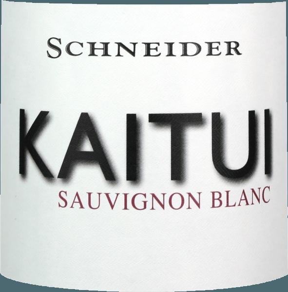 """Der Kaitui Sauvignon Blanc von Markus Schneider ist Deutschlands Antwort auf Neuseelands Weißwein Erfolg. Dass sich Markus Schneider mit Klassikern vom anderen Ende der Welt - wie Cloudy Bay & Co. - messen will, zeigt schon der Name. Kaitui bedeutet nämlich in der Sprache der Maori """"Schneider"""" (wohlgemerkt der Beruf, nicht der Nachname). Ins Glas kommt der Kaitui Sauvignon Blanc mit zarter platingelber Farbe und grünlichen Reflexen. Die erste Nase erinnert sofort an klassische Neuseeland- bzw. Kaltklima-Aromen. Frisch gemähtes Gras, Buchsbaum, Zitronengras, Kaffir-Limettenblätter, Kiwi und knackiger Granny Smith Apfel kommen uns in den Sinn. Mineralische Noten und Anklänge an weiße Blüten ergänzen. Am Gaumen startet der Schneider Kaitui ausnehmend kraftvoll, saftig süffig. Mineralische Nuancen, feiner Schmelz und ein langer, exotisch-fruchtiger Nachhall machen diesen Wein zu einem unglaublichen Erlebnis. Vinifikation des Kaitui Sauvignon Blanc Die Trauben für seinen Kaitui holt Markus Schneider aus besonders hohen Parzellen, wo die Reben in kalksteinhaltigem Boden wurzeln. Nach dem Maischen folgt eine Maischestandzeit von 4 bis 10 Stunden, anschließend wird der Wein sanft abgepresst und temperaturkontrolliert vergoren. Speiseempfehlung für den Kaitui Sauvignon Blanc von Markus Schneider Genießen Sie diesen Weißwein aus der Pfalz am besten zu asiatischen Gerichten wie thailändischem Fischcurry, vietnamesischen Sommerrollen oder auch zu pfannengerührtem Hühnchen mit buntem Gemüse."""