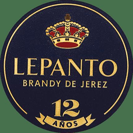 DerLepanto Solera Gran Reserva von Gonzalez Byass aus dem spanischen Weinanbaugebiet DO Jerez wird ausschließlich aus der Rebsorte Palomino Fino destilliert. Dieser Brandy erstrahlt im Glas in einem leuchtenden Topas mit orange-goldenen Schattierungen. In der Nase offenbart sich ein elegantes Bouquet mit feinen Noten von Rosinen, Nüssen, Mandeln, Vanille und Karamell. Sein trockener, reifer und komplexer Geschmack spiegelt die warmwürzigen Aromen des Bouquets wider und wird durch einen langen und samtweichen Nachhall gekrönt. Vinifikation des Byass Solera Gran Serva Lepanto Für diesen Brandy werden nur ausgewählte, beste Palomino Fino Trauben verwendet und im Weinkeller vonBodega Los Arcos gepresst. Zügig wird der feine Most vergoren und anschließend in Kupferbrennkessel zweifach gebrannt. Die Kupferbrennkessel sind zweioriginale Alambics Charentais mit einem Volumen von 25hl. Nur der Feinbrand mit65 bis 72 Volumenprozent wird für diesen Brandy verwendet und für insgesamt 12 Jahre in dasSolera- und Criadera-System System gelegt. Dies sind 600 Liter Holzfässer aus amerikanischer Eiche, die auch für die Sherry-Herstellung genutzt werden. Für 9 Jahre reift dieser Weinbrand inehemaligen Tío-Pepe-Fässern - die restlichen 3 Jahre inMatusalem Cream-Sherry-Fässern. Servierempfehlung für den Lepanto Solera Gran Reserva Genießen Sie diesen Brandy de Jerez als schönen Abschluss eines gemütlichen Essens, oder auch zu würzigen Blauschimmelkäse. Aber auch pur (gerne auch auf Eis) ist dieser Weinbrand ein Genuss.