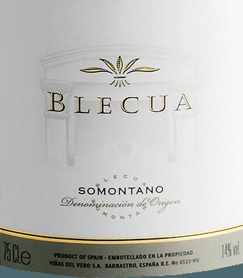 DerBlecua von Viñas del Vero ist ein ausgezeichneter, komplexer Rotwein aus den RebsortenSyrah, Tempranillo, Cabernet Sauvignon und Garnacha. Bei diesem Wein schimmert ein tiefgründiges, dunkles Granatrot mit nahezu opaken Glanzlichtern im Glas. Es entfalten sich nach und nach vielschichtige Aromen nach reifen schwarzen Waldbeeren, saftigen Pflaumen sowie Kirschen, mineralische, würzige Noten und Anklänge nach Zigarre sowie Schokolade. Auch am Gaumen offenbart sich diese Aromenvielfalt der Nase mit einer dichten Textur von dunkler Frucht. Die Mineralität und Würze ist sehr gut in den kraftvollen, geschmeidigen und gut strukturierten Körper eingebunden. Die samtig weichen Tannine begleiten in das elegante, lange und tiefe Finale. Dieser spanische Rotwein besitzt großartiges Entwicklungspotential! Vinifikation des Viñas del Vero Blecua Blecua ist das Vorzeigeweingut der Kellerei Viñas del Vero im spanischen Weinbaugebiet DO Somontano. Unter dem sorgfältig restaurierten Herrenhaus befindet sich eine tiefe Tuffsteinhöhle, die über Tunnel mit einem unterirdischen See verbunden ist. In dieser kühlen Feuchte lagert der kostbarste Schatz der Winzer vom Vero. Der Blecua wird mit viel Handarbeit und penibler Liebe zum Detail auf dem Weingut gekeltert. Das Ziel war von Anfang an, den besten Wein Spaniens zu machen. Die Mengen sind winzig und alte Jahrgänge seit Jahren vergriffen. Die im Blecua verwandten Rebsorten werden in einem ersten Schritt getrennt voneinander vergoren und in Fässern aus französischer Eiche in vier verschiedenen Größen gereift. Nach 8 Monaten wählt Chef-Önologe José Ferrer die besten Fässer aus und vermählt sie zu seiner edlen Cuvée. Seinen Feinschliff erhält dieser Wein während weiterer 12 Monate in neuen Fässern. Speiseempfehlung für denBlecua Genießen Sie diese trockene Rotwein-Cuvée aus Spanien zu geschmorten Lamm mit mediterranen Kräutern, Wildragout mit frischen Bandnudeln,Enten-Confit auf gelben Linsen sowie zu mittelkräftig gereifte Bergkäsesorten