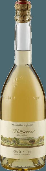 Der PriSecco Cuvée Nr.15 von der Manufaktur Jörg Geiger zeigt sich im Glas mit einem klaren Goldgelb und entfaltet sein vielschichtiges Bouquet. Dieses überzeugt mit dem harmonischen Zusammenspiel von gerösteten Kaffeebohnen mit den Aromen reifer Birnen und saftiger Äpfel. Dieser alkoholfreie Fruchtcocktail lässt am Gaumen eine lebendige Frucht mit ausbalancierter Säure erkennen. Es verbinden sich die Nuancen von Apfel mit den herben Noten von Kaffee und Nüssen mit einem Hauch von Karamell. Der lange Abgang ist geprägt von Kaffee. Herstellung des PriSecco Cuvée Nr.15 von der Manufaktur Jörg Geiger Die Früchte des PriSecco stammen aus den landschaftsprägenden Streuobstwiesen am Fuße der Schwäbischen Alb, der Saft handverlesener Äpfel bildet die Grundlage für diesen alkoholfreien Cocktail. Weitere Zutaten sind Birnensaft, Kaffee, Gewürze, Walnussschalen und zugesetzte Kohlensäure. Speiseempfehlung für den PriSecco Cuvée Nr.15 von der Manufaktur Jörg Geiger Genißen Sie diesen Fruchtsecco zu Gerichten mit Kaffee und Haselnüssen, zum Beispiel zu Kalbsfilet im Kaffeemantel oder zu einem klassischen Tiramisu.