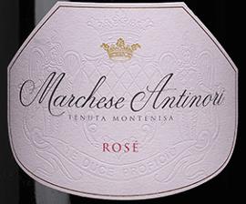 """Der Marchese Antinori Rosé Franciacorta DOCG von Tenuta Montenisa der Marchesi Antinori leuchtet zart Zwiebelschalenfarben im Glas, die feine und nachhaltige Perlage bildet einen eleganten cremigen Schaumrand. An der Nase duftet es leicht nach getrockneten Wildblüten, am Gaumen besticht dieser Rosé Franciacorta durch die perfekte Balance zwischen Frische und Struktur, die in einem bemerkenswert harmonischen und eleganten, langen Abgang enden. Vinifikation des Marchese Antinori Rosé Franciacorta DOCG von Tenuta Montenisa Der Rosé Franciacorta gehört zur Linie der """"Classici"""" der Tenuta Montenisa. Für diesen Spumante wird ausschließlich Spätburgunder vinifiziert, der von den gutseigenen Weinbergen stammt. Der junge Most wird einer alkoholischen Gärung im Edelstahltank unterzogen, gefolgt von der malolaktischen Gärung in der Flasche auf den Feinhefen über einen Zeitraum von 24 Monaten. Speiseempfehlungen für den Marchese Antinori Rosé Franciacorta DOCG von Tenuta Montenisa Genießen Sie diesen harmonischen und ausgewogenen Rosé als idealen Begleiter zu Vorspeisen, Schalentieren, helles Fleisch. Probieren Sie diesen schönen Spumante aber gerne auch zu Desserts mit Waldfrüchten und zartbitterer Schokolade."""
