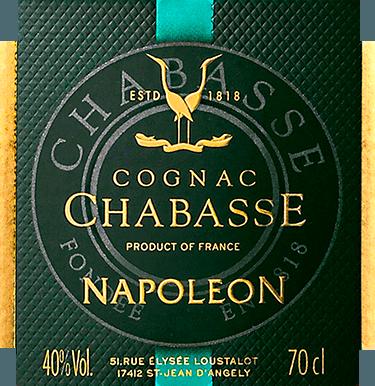 DerCognac Napoleon von Cognac Chabasse ist ein harmonischer, kraftvoller Weinbrand aus den Rebsorten Ugni Blanc (80%), Colombard (15%) und Folle Blanche (5%). Im Glas leuchtet dieser Cognac in einem warmen Bernstein mit orangeroten Glanzlichtern. Das warme Bouquet ist geprägt von der langen Holzfassreife. Es offenbaren sich Aromen nach saftigen Aprikosen zusammen mit zarten Portnoten (reife schwarze Früchte), süßen Gewürzen - besonders Vanille) als auch Nuancen nach Eichenholz. Mit einer ausdrucksvollen Persönlichkeit nimmt dieser französische Weinbrand den Gaumen gekonnt ein. Die eleganten Aromen der Nase spiegeln sich wider und werden von einer präsenten, sanften Körper umschlossen. Zugleich besitzt dieser Cognac eine kraftvolle Fülle, die in den langen, aromatischen Nachhall begleitet. Vinifikation des Chabasse Cognac Napoleon Die Trauben für diesen Cognac werden bereits sehr früh gelesen und zu einem stark säurehaltigen Weißwein vergoren. Die Säure schützt vor Oxidation, da Cognac nicht geschwefelt wird. Dieser Grundwein wird nun im Kupferbrennkessel zweimal nach dem traditionellen charentaiser Brennverfahren destilliert. Für die Reife werden Holzfässer aus Limousin-Eiche gewählt. Darin reift dieser Cognac für 12 Jahre. Servierempfehlung für denNapoleon Cognac Chabasse Nach ausgewählten Menus ist dieser Weinbrand aus Frankreich ein wundervoller Digestif. Aber auch zu Mokka, oder zu einer ausgwählten Zigarre ist dieser Cognac eine gute Wahl.