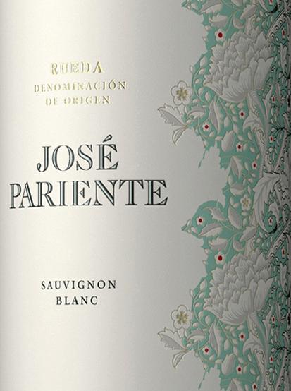 Der Sauvignon Blanc von José Pariente ist ein wundervoll rebsortenreiner Weißwein aus dem spanischen Anbaugebiet DO Rueda. Im Glas präsentiert sich dieser Wein in einem glänzenden Strohgelb mit grünlichen Reflexen. Das Bouquet verströmt sortentypische Aromen nach Stachelbeeren, Maracuja, Gras und grüner Paprika. Den Gaumen überzeugt dieser spanische Weißwein mit einer lebhaften Frische und rassigen Säure, die von Aromen nach Zitrusfrucht und sehr dezenten Pfeffernoten begleitet wird. Der Körper ist wundervoll elegant und saftig mit frischer, klarer Struktur. Das Finale wartet mit angenehmer, schöner Länge auf. Vinifikation desSauvignon Blanc José Pariente Nach der Lese und Entrappung der Trauben wird das Lesegut für insgesamt 10 Stunden kalt eingemaischt. Erst danach wird der Most sanft gepresst und bei niedrigen Temperaturen im Edelstahltank vergoren. Nach abgeschlossenem Gärprozess verbleibt dieser Wein für eine gewisse Zeit auf der Feinhefe, bevor dieser Weißwein filtriert auf die Flasche gefüllt wird. Speiseempfehlung für denJosé ParienteSauvignon Blanc Genießen Sie diesen trockenen Weißwein aus Spanien gut gekühlt als Aperitif, oder reichen Sie diesen zu frischen Krustentieren, grünem Spargel oder auch frischer Pasta mit Meeresfrüchten.