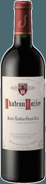 Der Château Rozier Grand Cru aus Saint-Emilion beeindruckt mit dichter, purpurroter Farbe und dunkelvioletten Reflexen im Glas. Der Nase offeriert er ein reichhaltiges und dichtes Bukett mit Duftnoten von Pflaumen, süß gereiften Beeren, und feiner Süßholzwurzel. Am Gaumen präsentiert sich der Château Rozier Saint-Emilion mit großer aromatischer Fülle. Fruchtig, frisch und gleichzeit kraftvoll und weich rollt er über die Zunge. Vollmundig, mit exzellenter Struktur und dichten, seidigen Tanninen geht diese Bordeaux-Cuée in ein elegantes und lang anhaltendes Finale. Vinifikation desChâteau Rozier Saint-Emilion Grand Cru Ganz nach Bordelaiser Tradition wird dieser Wein aus den Rebsorten Merlot und Cabernet Franc, jeweils zu 80% und 18% erzeugt und durch 2% Cabernet Sauvignon vollendet. Der Besitz der Familie Saby teilt sich in viele kleine Parzellen und insgesamt 9 Schlösser auf. Ein Drittel der Reben vonChâteau Rozierstehen am Fuß der Hänge auf warmen, tiefen, sandigen Böden, ein weiteres Drittel wächst in kühleren Lagen auf kalkig-sandigen Böden und das letzte Drittel ist nach Süden ausgerichtet, in sonniger Lage, auf gut drainierten Kalkgeröllböden. Je nach Lage, entwickeln die Trauben seidigere Tannine und reife, fruchtige Aromen, aromatische Frische und Fleischigkeit, oder auch Fülle und Eleganz. Die geschickte Assemblage der Trauben für denChâteau Rozier Grand Cru aus den unterschiedlichen Parzellen verleiht dem Wein seine Fülle, seinen Eleganz und Facettenreichtum. Die Merlot-Trauben werden Anfang September gelesen, Ende September dann Cabernet Franc. Die Lese erfolgt manuell, die Trauben werden in kleine Körbe geerntet und auf traditionelle Weise vergoren. Anschließend reift der Wein für etwa 15 Monate in typisch französischen Barriquefässern, ein Drittel in neuen Fässern, ein Drittel in einjährigen und ein Drittel in zweijährigen Fässern. Speiseempfehlung zum Château Rozier Saint-Emilion Grand Cru Genießen Sie diesen prächtigen französischen Rotwein aus Bordeau