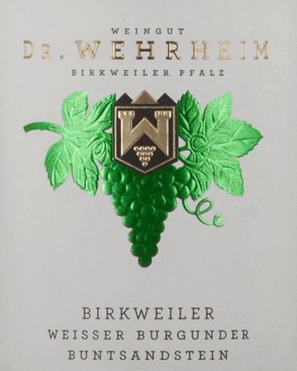Der Birkweiler Buntsandstein Weißer Burgunder Qualitätswein trocken von Dr. Wehrheim verströhmt einen herben, deutlich pflanzlichen und etwas nussigen Duft mit Noten von Hülsenfrüchten und etwas Kernobst. Im Mund erklingt die klare und geradlinige Frucht. Der Weißwein präsentiert sich zart hefig und mit einer kräuterigen Spur, nussigen Anklängen und mit einer sehr feinen, recht lebendigen Säure. Aus dem Hintergrund kommen zudem kühl-mineralische Anklänge zum Vorschein. Dieser Bio-Wein zeigt ganz zart ölige Töne. Ein animierender, aber eher noch verschlossener Weißwein mit einer gewissen Nachhaltigkeit und einem sehr guten Abgang.