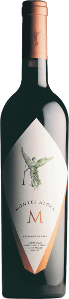Der Alpha M von Montes ist eine faszinierende, ausgezeichnete Rotwein-Cuvée aus Cabernet Sauvignon (80%), Cabernet Franc (10%), Merlot (5%) und Petit Verdot (5%). Im Glas erstrahlt dieser intensive Wein in einem leuchtenden Dunkelrot. Das Bouquet ist wundervoll ausgewogen elegant und harmonisch. Es entfalten sich kräftige Aromen nach saftigen Kirschen und reifen schwarzen Johannisbeeren. Unterlegt werden die Aromen der Nase von blumigen Akzenten - insbesondere Veilchen - und würzigen Anklängen nach Bourbon-Vanille, Zimt und etwas Toast. Am Gaumen präsentiert sich dieser chilenische Rotwein mit einem strukturierten, vollmundigen Körper, der von üppigen Fruchtnoten, wie Waldbeeren, Cassis und Gewürzen getragen wird. Das Finale wird von reifen, samtweichen und dichten Tanninen begleitet. Dieser Rotwein strahlt eine exzellente Harmonie der vier Rebsorten aus: Die Komplexität und Fülle am Gaumen geschenkt diesem Wein Petit Verdot - Cabernet Franc sorgt für die unvergessliche Eleganz - Cabernet Sauvignon und Merlot verleihen diesem chilenischen Rotwein seine Sanftheit. Vinifikation des Montes Alpha M In den kühlen Nachstunden werden die Trauben der Finca de Apalta für diesen Rotwein sorgsam von Hand gelesen. Für diesen Wein werden ausschließlich die besten Trauben genommen, das heißt eine strenge und sorgfältige Selektion des Leseguts. Die Rebsorten werden getrennt voneinander eingemaischt und vergoren und erst für den Holzausbau vermählt. Der Ausbau erfolgt für 18 Monate in neuen Barriques aus französischer Eiche. Nur leicht filtriert wird dieser chilenische Wein auf die Flasche gefüllt. Speiseempfehlung für den Alpha M Montes Genießen Sie diesen hervorragenden Rotwein aus Chile zu gefülltem Entenbraten oder auch Putenbraten aus dem Ofen, gegrillten Steaks vom Rind mit Schmorgemüse oder auch zu gebratenen Nierchen in Sherry-Sauce. Auszeichnungen für den Montes M Alpha Robert M. Parker - Wine Advocate: 92 Punkte für 2013 Falstaff: 93 Punkte für 2012 Jams Suckling: 95 Punk