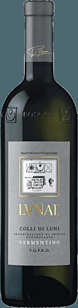 Der Etichetta Grigia Colli di Luni Vermentino von Lunae ist eines der Aushängeschilder des Hauses Lunae und ein renommierter Wein mit einem komplexen Charakter. Eine besondere Balance zwischen Struktur und Frische prägt diesen bekannten Wein. Dieser Vermentino von Lunae erfreut mit einer strohgelben Farbe samt jugendlich-grüner Reflexe. Sein intensives, nachhaltiges und feines Bouquet zeugt von großer Eleganz. Anklänge von Weißdorn, Grapefruit, Rennette-Apfel und weißem Pfirsich, untermalt von einem angenehmen Unterton von Akazienhonig, betören die Sinne. Am Gaumen zeigt sich der Etichetta Grigia Colli di Luni Vermentino von Lunae frisch, harmonisch und belohnt mit einer interessanten Geschmacksentwicklung von Ginsterblüten zu frischen Früchten, ehe er in den wunderbar ausbalancierten Abgang mündet. Fakten zum An- und Ausbau desEtichetta Grigia Vermentino Colli di Luni DOC Die Weinberge von Lunae erstrecken sich über 45 Hektar in der Region Colli di Luni, in den Kommunen Castelnuovo Magra and Ortonovo. Die Apuanischen Alpen schützen die Weinberge vor kalten Nordwinden, während das Meer für eine gute Luftzirkulation und bemerkenswert ausgeglichene Temperaturen sorgt. Die Zusammensetzung der Böden ist geologisch sehr abwechslungsreich. In den Bergen und den Ausläufern herrschen reiche Skelettböden von mittlerer Textur hervor. Die Ebenen gründen hingegen auf Ton- und Schluffböden. Die Reben sind im Guyot-System erzogen, wobei auf einen Hektar 4000 Weinstöcke kommen. Nach der Lese werden die Trauben entrappt und zerdrückt und eingemaischt. Nach einer kurzen Maischestandzeit wird der Most abgepresst und in Stahltanks temperaturkontrolliert mit Reinzuchthefen vergoren. Nach Abschluss der Gärung wird der Wein für mehrere Monate in Stahltanks ausgebaut ehe er auf die Flaschen gefüllt wird. Speiseempfehlung für den EtichettaGrigia Vermentino Colli di Luni DOC Servieren Sie diesen ausdrucksstarken Weißwein aus Ligurien zu traditionellen ligurischen Gerichten wie Testarolo (Ei