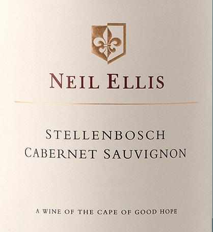 DerCabernet Sauvignon von Neil Ellis ist ein rebsortenreiner, wundervoller und facettenreicher Rotwein aus dem südafrikanischen Weinanbaugebiet Stellenbosch. Im Glas besitzt dieser Wein ein schönes Kirschrot mit purpurnen Glanzlichtern. In der Nase entfaltet sich eine herrlich fruchtige Aromatik - besonders Johannisbeere, Brombeere und Pflaumen treten in den Vordergrund - untermalt von feinen Anklängen nach Pfeffer und Minze. Der kräftige, üppige, reife, aber zugleich junge Gaumen entfaltet eine pflaumige Frucht, die von Noten neuer Eiche und feingliedrigen Tanninen unterlegt wird. Das Finale wartet mit einer schönen Länge und dezenter Eichenholzwürze auf. Vinifikation des Neil Ellis Stellenbosch Cabernet Sauvignon Die Cabernet Sauvignon Trauben werden nach der Lese umgehend in den Weinkeller von Neil Ellis gebracht. Dort angekommen wird die Maische zunächst in den Edelstahltanks vergoren. Für die feine Würze, holzigen Nuancen und kräftige Farbe sorgt der Ausbau für 18 Monate in Holzfässern aus französischer Eiche - davon sind 35% neues Holz. Speiseempfehlung für den Stellenbosch Cabernet Sauvignon Neil Ellis Wir empfehlen Ihnen diesen trockenen Rotwein aus Südafrika zu gegrilltem Rinderfleisch, Wildgerichten mit Johannisbeergelee sowie zu reifen Schnitt- und Hartkäsesorten. Auszeichnungen für den Cabernet Sauvignon Neil Ellis Stellenbosch John Platter: 4 Sterne für 2015 Veritas: Gold Medaille für 2014 Tim Atkin: 91 Punkte für 2014