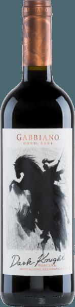 Der Dark Knight von Castello di Gabbiano ist eine modern interpretierte, italienische Rotwein-Cuvée aus den Rebsorten Cabernet Sauvignon (50%), Merlot (30%) und Sangiovese (20%). Im Glas schimmert dieser Wein in einem ausdrucksvollen Rubinrot mit purpurnen Glanzlichtern. In der Nase entfalten sich intensive Aromen nach roten Beeren - besonders Himbeere, Brombeere und etwas Erdbeere - gepaart mit süßen, würzigen Anklängen nach Kaffee, Schokolade und Vanille. Am Gaumen überzeugt dieser Rotwein mit einem herrlichen Trinkfluss. Die weichen Tannine sind perfekt ausbalanciert und schmiegen sich an den kräftigen Körper. Das Finale wartet mit einer wundervollen Länge auf. Vinifikation des Gabbiano Dark Knight Nach der Lese der Trauben, werden diese umgehend in die Weinkellerei von Castello di Gabbiano gebracht. Ein Teil des Leseguts wird vor der temperaturkontrollierten Maischegärung im Edelstahltank kalt mazeriert. Für die wundervolle Farbe und die weichen Tannine sorgt der 6-monatige Ausbau in großen Eichenfässern. Speiseempfehlung für den Dark Knight von Gabbiano Genießen Sie diesen trockenen Rotwein aus Italien am besten zu Wildgerichten in dunkler Sauce mit Schwenkkartoffeln, oder auch zu reifen Käsesorten. Auszeichnungen für den Castello di Gabbiano Dark Knight Mundus Vini: Silber für 2016 James Suckling: 92 Punkte für 2016 Robert Whitley: 90 Punkte für 2015