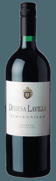 Mit dem Bodegas Alconde Dehesa Lavilla Tempranillo Navarra 2017 kommt ein erstklassiger Rotwein ins Weinglas. Hierin offeriert er eine wunderbar leuchtende, rubinrote Farbe. Dieser sortenreine spanische Wein zeigt im Glas herrlich ausdrucksstarke Noten von Schattenmorellen, Pflaumen, Heidelbeeren und schwarzen Johannisbeeren. Hinzu gesellen sich Anklänge von Kakaobohne, orientalische Gewürze und Zimt. Dieser spanische Wein begeistert durch sein elegant trockenes Geschmacksbild. Er wurde mit lediglich 1,2 Gramm Restzucker auf die Flasche gebracht. Hier handelt es sich um einen echten Qualitätswein, der sich klar von einfacheren Qualitäten abhebt und so verzückt dieser Spanier natürlich bei aller Trockenheit mit feinster Balance. Exzellenter Geschmack benötigt eben nicht zwingend Zucker. Am Gaumen präsentiert sich die Textur dieses ausgeglichenen Rotweins perfekt balanciert. Durch die balancierte Fruchtsäure schmeichelt er mit gefälligem Mundgefühl, ohne es gleichzeitig an saftiger Lebendigkeit missen zu lassen. Das Finale dieses Rotweins aus der Weinbauregion Aragonien, genauer gesagt aus Navarra, besticht schließlich mit gutem Nachhall. Vinifikation des Bodegas Alconde Dehesa Lavilla Tempranillo Navarra 2017 Dieser balancierte Rotwein aus Spanien wird aus der Rebsorte Tempranillo vinifiziert. Nach der Weinlese gelangen die Weintrauben zügig ins Presshaus. Hier werden Sie selektiert und behutsam gemahlen. Anschließend erfolgt die Gärung im Edelstahltank bei kontrollierten Temperaturen. Nach ihrem Ende kann sich der Dehesa Lavilla Tempranillo Navarra 2017 für einige Monate auf der Feinhefe weiter harmonisieren.. Speiseempfehlung zum Bodegas Alconde Dehesa Lavilla Tempranillo Navarra 2017 Erleben Sie diesen Rotwein aus Spanien idealerweise temperiert bei 15 - 18°C als begleitenden Wein zu Kabeljau mit Gurken-Senf-Gemüse, Gemüse-Couscous mit Rinderfrikadellen oder Kürbis-Auflauf.