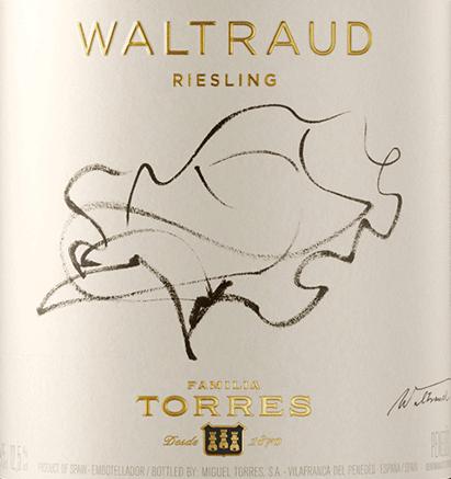 Der Waltraud Riesling von Miguel Torres präsentiert sich in einem glänzenden, hellen Gelb mit goldenen Schattierungen. Im charaktervollen, stark ausgeprägten Bouquet ist die Herkunft und Rebsorte deutlich zu erkennen. Neben fruchtigen Aromen nach Äpfeln, Pfirsich und Aprikosen, sind Noten von Geißblatt, etwas Honig und Haselnuss sowie hauchzarte, würzige Anklänge (Muskat) zu riechen. Die charakteristischen Aromen von Äpfeln und Zitrusfrüchten prägen auch den Gaumen. Ein würziger Hauch Bergamotte und eine seichte Mineralität erweitern den Geschmack. Hinzukommt eine klare, rieslingfrische Säure, die über die gesamte Länge präsent ist. Seinen Namen verdankt der Waltraud Riesling der Ehefrau von Miguel A. Torres. Die Deutsche konnte sich als Künstlerin auch auf dem Etikett verwirklichen. Für sie versetzte Torres vielleicht keine Berge, aber zumindest Reben, denn er pflanzte die urdeutsche Rebsorte Riesling in Spanien, quasi als Wegbegleiter aus der Heimat. Vinifikation des Miguel Torres Waltraud Riesling Die Lese der Trauben erfolgt Ende September. Nun werden die frischen Trauben sortiert, gepresst und der Most wird bei kontrollierter Temperatur innerhalb 15 Tage vergoren. Der Ausbau findet im Edelstahltank statt. Speiseempfehlung für den Waltraud Riesling von Torres Wir empfehlen diesen Weißwein aus Katalonien klassisch zu Fisch und Krustentieren, jedoch auch zu frischer Pasta und Reis mit Meeresfrüchten, zu gegrilltem Geflügel oder den süß-pikanten Gerichten der asiatischen Küche.
