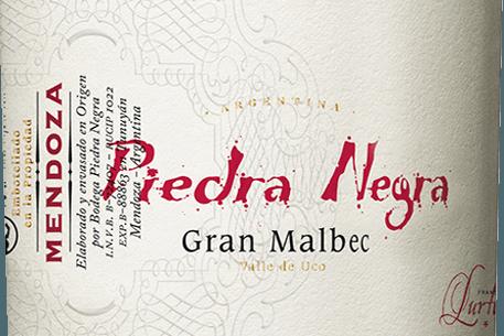 Der Gran Malbec von Bodega Piedra Negraist ein ausgezeichneter, argentinischer Rotwein aus dem Weinanbaugebiet Mendoza von dem Chacayes-Weinberg. Im Glas erstrahlt dieser Wein in einem tiefen Kirschrot mit purpurnen Glanzlichtern. Das würzig-fruchtige Bouquet überzeugt die Nase mit ausdrucksvollen Aromen nach dunklen Beeren - insbesondere Blaubeere, Maulbeere und schwarze Johannisbeere, saftigen Schwarzkirschen und warmen Gewürzen, wie Nelke und Muskatnuss. Dank des Eichenholzausbaus gesellen sich noch Nuancen nach geröstetem Toast, Kaffee, Vanille und mildem Tabak hinzu. Der mittlere Körper verwöhnt den Gaumen mit einer saftig-eleganten Struktur und einer konzentrierten Fruchtfülle. Die strukturierten Tannine sind dicht und klar in diesen argentinischen Rotwein eingewoben. Ein wundervoll harmonischer und ausgewogener Rotwein, der im Finale mit einer exzellenten Länge brilliert. Vinifikation des Gran Malbec von Piedra Negra Die Malbec Trauben wachsen in ca. 1100 m Höhe in der Weinbergeslage Vista Flores in Mendoza. Die Lese wird ausschließlich von Hand in 20kg Kisten vorgenommen. Im Weinkeller angekommen wird das Lesegut auf vibrierenden Sortiertischen streng selektiert. Die ausgesuchten Beeren werden zuerst 3 Tage lang kalt eingemaischt und anschließend bei kontrollierter Temperatur (26 Grad Celsius) in beschichteten Betonwannen vergoren. Nach abgeschlossenem Gärprozess verbleibt dieser Wein für 2 Wochen auf der Maische. Dadurch werden den Beerenhäuten weitere Farbpigmente, Aromen und sanfte Tannine entzogen. Zuletzt wird dieser Rotwein noch in einjährigen Barriques aus französischer Eiche für insgesamt 18 Monate ausgebaut. Speiseempfehlung für denPiedra Negra Gran Malbec Dieser trockene Rotwein aus Argentinien ist ein hervorragender Begleiter zu Ragout vom Wildschwein, Pasta-Gerichten in pikanten Saucen oder auch zu gereiften Käse und Bayonne-Schinken. Wir empfehlen Ihnen diesen Rotwein mindestens 2 Stunden vor Genuss zu öffnen. Auszeichnungen für denGran Malbec v