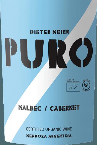Der Puro Malbec Cabernet von Dieter Meier wird zu 55% Malbec und 45% Cabernet Sauvignon vinifiziert. Im Glas zeigt sich dieser argentinische Rotwein in einem kräftigen Dunkelrot mit rubinroten Glanzlichtern. Das Bouquet offenbart ausdrucksstarke Noten nach reifen Kirschen und saftigen Pflaumen. Auch am Gaumen spiegeln sich die Aromen der Nase wider. Dieser Rotwein überzeugt mit seinem vollmundigen, saftigen und vielschichtigen Charakter, der von üppiger Frucht und sanften Tannine getragen wird. Vinifikation des Puro Malbec Cabernet von Dieter Meier Auf hoch gelegenen Weinbergen im argentinischen Weinanbaugebiet Luján de Cuyo wachsen die Reben von Malbec und Cabernet Sauvignon. Das Terroir bietet den Vorteil, dass der natürliche Reifungsprozess durch die kühlen Nächte verzögert wird und die Trauben für diesen Rotwein ihre volle Reife erreichen können. So gewinnt dieser Wein eine perfekte Harmonie von Alkohol, Tannine, Aromen und frischer Säure. Diese Weinberge von Dieter Meier werden ausschließlich unter ökologischen Anbaumethoden bewirtschaftet. Ende März werden die Trauben für diesen Rotwein gelesen und umgehend in den Weinkeller gebracht. Dort wird das Lesegut temperaturkontrolliert (27 - 28 °C) in Edelstahltanks vergoren. Dieter Meier verzichtet bei diesem Wein auf einen Ausbau im Holz. So wird der frische und fruchtige Charakter bewahrt. Speiseempfehlung zum Puro Malbec Cabernet Dieser trockene Rotwein aus Argentinien passt wunderbar zu dunklen Speisen wie Rinderhackbraten mit Kartoffelstampf und Erbsen-Möhren-Gemüse. Aber auch zu gemütlichen Grillabenden mit Steaks, Lammspießen und gegrilltem Gemüse ist dieser Wein ein Hochgenuss.