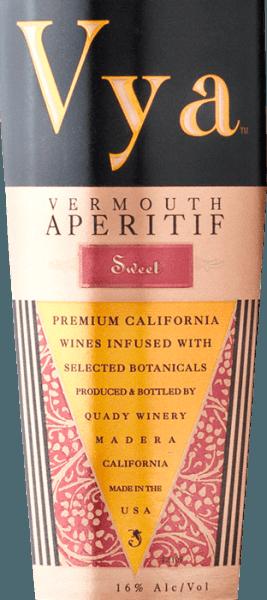 Vya Vermouth sweet von Quady Winery ist ein amerikanischer Wermut mit einer kräftigen Mahagoni-Farbe im Glas. Dieser süße Wermut vereint in sich 17 unterschiedliche Kräuter - alle davon sind handverlesen und perfekt aufeinander abgestimmt. Am Gaumen präsentiert sich schon beim ersten Schluck die wundervolle Balance der Süße und Säure. Ein ansprechender Wermut mit hervorragender Kräuternote. Servierempfehlung für den Quady Vya Vermouth sweet Reichen Sie den Wermut Vya sweet bei allerlei Festlichkeiten als animerenden Aperitif. Auszeichnungen für den Vermouth sweet Vya International Wine Challange:Doppel-Gold sowie Gold & Best Vermouth San Francisco Chronicle Wine Competition:Gold International Wine & Spirits Challenge:Silber