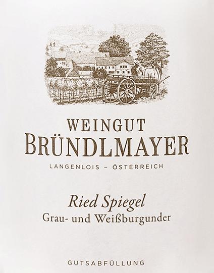 Die Trauben für den Grau- und Weißburgunder Langenloiser Spiegel von Bründlmayer wachsen im österreichischen Weinanbaugebiet Kamptal in der Riede Langenloiser Spiegel. Diese Cuvée wird aus 90% Grauburgunder und 10% Weißburgunder vinifiziert. Im Glas leuchtet dieser Wein in einem hellen Gelb mit grünlichen Glanzlichtern. Das attraktive Bouquet wird von einer feinfruchtigen Aromatik bestimmt - es entfalten sich frische Zitrusfrüchte mit knackigen Äpfeln, blumige Anklänge nach Heublumen und dezenten Röstnuancen - perfekt untermalt von etwas Honig und Karamell. Am Gaumen überzeugt dieser österreichische Weißwein mit einer wundervoll schmelzigen Textur, die mit der Aromen der Nase eine perfekt Harmonie bildet. Das Finale besitzt eine angenehme Länge, animierende Frische und elegante Mineralität. Vinifikation des BründlmayerLangenloiser SpiegelGrau- und Weißburgunder Von der Lage Langenloiser Spiegel werden die Trauben sorgsam von Hand gelesen und umgehend in den Weinkeller von Bründlmayer gebracht. Dort werden die Beeren - getrennt nach Rebsorte - im Ganzen gepresst und vergoren. Anschließend wird dieser Wein behutsam von der Vollhefe abgezogen und zur finalen Cuvée vermählt. Abschließend reift dieser Wein auf der Feinhefe in Fässern aus österreichischer Eiche (Volumen 2500 Liter) Speiseempfehlung für denLangenloiser SpiegelGrau- und WeißburgunderBründlmayer Genießen Sie diesen trockenen Weißwein aus Österreich zu klassischen Gerichten der österreichischen Küche - insbesondere zu Kalbschnitzel. Oder auch zu asiatischen Wok-Gerichten.