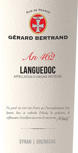 Der Heritage 462 Languedoc von Gérard Bertrand zeigt sich im Glas in einem tiefdunklen Rot mit violetten Reflexen. Das Bouquet dieses Rotweines verführt mit den Aromen von roten und schwarzen Beeren, welche abgerundet werden durch Lakritz, Lebkuchengewürz und einem Hauch Garrigue. Der Gaumen spiegelt die Nuancen des Bouquets wider und begeistert mit seiner Finesse und den sanften Tanninen. Vollmundig geht diese lebhafte Cuvée in einen langen Nachhall über mit den Akzenten von geröstetem Kaffee und pfeffrigen Gewürzen. Vinifikation des Gérard BertrandHeritage 462 Languedoc Diese Cuvée wird aus den Rebsorten Syrah und Grenache vinifiziert. Diese Trauben werden von Hand zu ihren jeweiligen optimalen Reifezeiten gelesen. Anschließend werden sie getrennt voneinander vinifizert, um die die individuellen Eigenschaften der Rebsorten zu erhalten. Die Trauben des Syrah werden für etwa 15 Tage bei niedrigen Temperaturen mazeriert, die Grenache-Trauben werden komplett entrappt und über einen Zeitraum von 3 Wochen mazeriert. Nach dem Pressen und der alkoholischen Gärung wird ein Teil des Weines für 10 Monate in französischen Barriques ausgebaut. Danach wird er mit dem anderen Teil zu einer Cuvée verschnitten und nach einer leichten Schönung in Flaschen abgefüllt. Der Terroir Languedoc ruht danach noch einige Monate in der Flasche zur Verfeinerung. Speiseempfehlung für den Gérard Bertrand Languedoc Genießen Sie diesen trockenen Rotweinzu gegrilltem Fleisch und Geflügel, pikanter Pasta, geschmorten Auberginen oder zu gereiftem Käse.