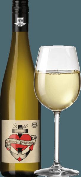 Der Glaube-Liebe-Hoffnung Riesling-Wein von Bergdolt-Reif & Nett ist ein echter Hingucker, nicht nur wegen des außergewöhnlichen Namens. Dieser Riesling aus der Pfalz kommt mit hellem Strohgelb ins Glas und schmeichelt der Nase mit einer herrlich sortentypischen Riesling-Frucht. Zarter Pfirsich, noch nicht ganz reife Mirabellen und sonnengereifte Zitrone kommen uns in den Sinn. Eine feine, mineralische Note und ein Anflug von Estragon und Melisse ergänzen. Am Gaumen ist der Glaube-Liebe-Hoffnung Riesling angenehm leicht und dynamisch. Ein sehr moderater Alkoholgehalt verleiht Eleganz, die vitale Säure sorgt für Frische und der Kick Restsüße gibt dem Wein Schmelz und zügigen Trinkfluss. Vinifikation des Glaube-Liebe-Hoffnung Weins Dieser Riesling wurde von Christian Nett im Edelstahltank vinifiert und durch kleine Teile Scheurebe und Muskateller ergänzt. So wird die Frucht noch mehr betont. Speiseempfehlung Genießen Sie diesen herrlichen Riesling von Bergdolt-Reif & Nett zu Flammkuchen, Choucroute garnie (etwas ganz deftiges aus dem Elsass) oder zu geschmortem Kaninchen.