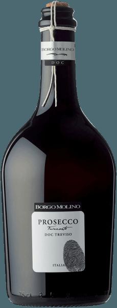 Der Prosecco Spago Vino Frizzante Treviso von Borgo Molino aus Venetien offeriert im geschwenkten Glas eine brillante, platingelbe Farbe. Das Perlenspiel dieses Prosecco Frizzante schimmert im Glas beständig und fein. Im Zentrum zeigt dieser Prosecco Frizzante eine ausdrucksstarke Farbe. Der Nase präsentiert dieser Borgo Molino Prosecco Frizzante allerlei Veilchen, Lavendel, Pink Grapefruit, Orangen und Geissblatt. Der Prosecco Spago Vino Frizzante Treviso von Borgo Molino ist der richtige Tropfen für alle Weinenthusiasten, die möglichst wenig Restzucker im Wein mögen. Dabei zeigt er sich aber nie karg oder spröde, sondern rund und geschmeidig. Am Gaumen präsentiert sich die Textur dieses leichtfüßigen Prosecco Frizzante wunderbar leicht und knackig. Im Abgang begeistert dieser Prosecco Frizzante aus der Weinbauregion Venetien schließlich mit schöner Länge. Es zeigen sich erneut Anklänge an Kumquat und Flieder. Im Nachhall gesellen sich noch mineralische Noten der von Sand und Mergel dominierten Böden hinzu. Vinifikation des Prosecco Spago Vino Frizzante Treviso von Borgo Molino Dieser elegante Prosecco Frizzante aus Italien wird aus der Rebsorte Glera vinifiziert. In Venetien wachsen die Reben, die die Trauben für diesen Wein hervorbringen auf Böden aus Sand, Kies und Mergel. Nach der Weinlese werden die Weintrauben zügig in die Kellerei gebracht. Hier werden sie selektiert und behutsam gepresst. Nun folgt die Gärung der Grundweine. Speiseempfehlung für den Prosecco Spago Vino Frizzante Treviso von Borgo Molino Genießen Sie diesen Prosecco Frizzante aus Italien idealerweise gut gekühlt bei 8 - 10°C als begleitenden Wein zu Kürbis-Auflauf, Spaghetti mit Kapern-Tomaten-Sauce oder fruchtiger Endiviensalat.
