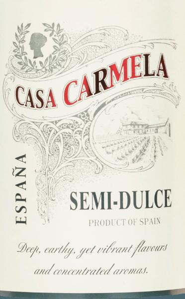 Der Casa Carmela Semi-Dulce Tinto von Bodegas Castaño schimmert in einer strahlend dunkelroten Farbe. Das ansprechende Bouquet erinnert an reife, saftige Brombeer- und Heidelbeernoten. Am Gaumen entfaltet sich ein geschmeidiger, ausgewogener Geschmack mit viel Frucht. Der Abgang wird von einer dezenten Würze - die an Zimt erinnert - begleitet. Ein wundervoll halbtrockener Rotwein aus Spanien, der mit seinem vollmundigen Charakter überzeugt. Vinifikation des Casa Carmela Semi-Dulce Tinto Nachdem die Trauben behutsam von Hand gelesen wurden, erfolgt das Entrappen, das Einmaischen und die temperaturkontrollierte Maischegärung im Stahltank. Danach wird die Maische abgepresst und der Wein reift für eine Weile in den Tanks. Speiseempfehlung für denSemi-Dulce Tinto Casa Carmela Dieser spanische Rotwein ist der perfekte Aperitif oder ist ein toller Begleiter bei Grillabenden und zu reifen Käsesorten.