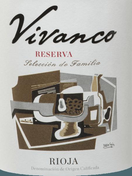DerReserva von Vivanco ist eine ausgezeichnete, spanische Rotwein-Cuvée aus den Rebsorten Tempranillo (90%) und Graciano (10 %). Ein klares und tiefes Kirschrot schimmert bei diesem Wein im Glas. Das komplexe Bouquet des Vivanco Reserva Tinto lässt den Duft von eingekochten Früchten, mineralischen Noten, Vanille von neuer Eiche und dezenten würzigen Nuancen miteinander verschmelzen. Die eleganten Tannine sind perfekt eingebunden. Insgesamt präsentiert dieser körperreiche Rotwein eine gute Säurestruktur und balsamische Noten. Das Finale erfreut mit einer wunderbaren Komplexität und Eleganz. Vorbild für die Flasche war eine ursprünglich aus dem 18. Jahrhundert stammende Weinflasche, die im Vivanco Museum of Wine Culture ausgestellt ist. Vinifikation desVivancoReserva Die Trauben für diesen Rotwein werden sorgsam von Hand gelesen und im Weinkeller sorgfältig selektiert und gepresst. Die Maische wird daraufhin in Edelstahltanks temperaturkontrolliert vergoren. Nach dem Gärungsprozess reift dieser Wein für insgesamt 24 Monate in Eichenfässern - zunächst für 12 Monate in amerikanischer und anschließend für 12 Monate in französischer Eiche. Speiseempfehlung für den Reserva von Vivanco Dieser trockene Rotwein aus Spanien sollte rechtzeitig dekantiert werden, mindestens eine Stunde vor dem Servieren und ist dann ein perfekter Solist. Auszeichnungen für den Rioja Reserva Vivanco Guía Peñín: 91 Punkte für 2011 Mundus Vini: Gold für 2011 Wine Spectator: 92 Punkte für 2011 Concours Mondial de Bruxelles: Gold für 2011
