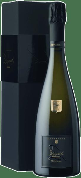 """Der Le Millésime """"D"""" Brut von Champagne Devaux zeigt sich in einer goldenen Farbe im Glas.Die sehr elegante Nase wird umschmeichelt von Aromen, die an herbe Orangenschale, weiße Aprikose und zarten Briocheerinnern.Ein wunderbar erfrischendes Mousseux belebt den Gaumen, gefolgt von feiner Mineralität mit frischen Mandelaromen und abgerundet von einem langen, honigbetonten Abgang. Vollendete Champagnerkultur! Food Pairing / Speiseempfehlung für denLe Millésime """"D"""" BrutvonChampagne Devaux Wir empfehlen ihn zu Muscheln mit Trüffeln, Kapaun, Kaninchenrücken, Foie gras, pochiertem Hummer und Kaisergranaten.Auszeichnungen für denLe Millésime """"D"""" BrutvonChampagne Devaux 17/20 Punkte - Le Point 201415,5/20 - Guide Gault & Millau 201492/100 Punkte - Weinwelt und Weinwirtschaft 2012"""