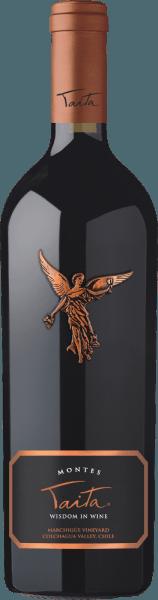 Der exzellente, herausragende Montes Taita wird zu 85% aus der Rebsorte Cabernet Sauvignon vinifiziert. Die restlichen 15% werden um weitere rote Rebsorten ergänzt. Im Glas zeigt schimmert ein intensives Rubinrot mit dunkelroten Reflexen. Das Bouquet verwöhnt die Nase mit intensiven Aromen nach saftigen Brombeeren, reifen Herzkirschen, frischen Johannisbeeren und dunkler Schokolade. Untermalt werden die Aromen der Nase von dezenten Anklängen an Thymian, Backfrüchte und Holznuancen. Am Gaumen offenbart dieser Spitzen-Rotwein aus Chile seidig-weiche Tannine sowie einen kraftvollen, exzellent ausbalancierten Körper. Die feine Fruchtsäure ist ausgewogen und zeigt sich in einer wundervollen Harmonie mit intensiven schwarzen Früchten. Auch frisches Zedernholz und mineralische Anklänge begleiten die Aromen des Gaumens. Das Finale ist elegant und sehr lang. Der Montes Taita wird Ihnen in einer hochwertigen 1er Holzkiste geliefert. Vinifikation des Taita von Montes Die handgelesenen, optimal reifen Trauben werden traditionell auf der Maische vergoren und nach abgeschlossener Gärzeit für 24 Monate in neuen Fässern aus französischer Eiche ausgebaut. Das Holz der französischen Eiche besitzt eine feinporige Struktur, wodurch dieser Wein während dem Ausbau perfekt atmen kann. Die mittlere Toastung der Fässer verleiht diesem Rotwein seine dezenten Röstaromen. Nach dem Fassausbau wird dieser Rotwein leicht filtriert. Anschließend reift der Montes Taita für mindestens 3 Jahre auf der Flasche bevor dieser für den Handel freigegeben wird. Speiseempfehlung für den Montes Taita Genießen Sie diesen exquisiten Rotwein aus Chile zu gebratener Entenkeule mit Rotkraut und Kartoffelklößen, Lammschulter im orientalischen Gewürzmantel oder auch zu Entrecotes und Wildragout. Auszeichnungen für den Taita Montes Robert M. Parker - Wine Advocate: 93+ Punkte für 2010