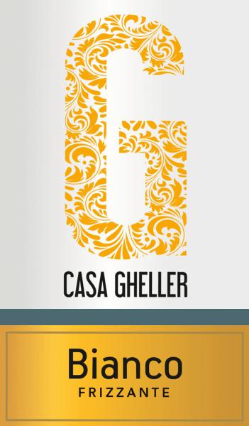Mit dem Casa Gheller Bianco Frizzante Veneto kommt ein erstklassiger Perlwein ins Glas. Hierin offenbart er eine wunderbar brillante, platingelbe Farbe. Die erste Nase des Bianco Frizzante Veneto offenbart von Nashi-Birne, Quitten und Birnen. Den fruchtigen Komponenten des Bouquets gesellen sich noch mehr fruchtig-balsamische Nuancen hinzu. Leichtfüßig und facettenreich präsentiert sich dieser leichte und knackig Perlwein am Gaumen. Durch seine präsente Fruchtsäure offenbart sich der Bianco Frizzante Veneto am Gaumen traumhaft frisch und lebendig. Vinifikation des Bianco Frizzante Veneto von Casa Gheller Der elegante Bianco Frizzante Veneto aus Italien ist eine Cuvée, gekeltert aus den Rebsorten Garganega und Weißburgunder. Die Trauben wachsen unter optimalen Bedingungen in Venetien. Die Reben graben hier ihre Wurzeln tief in Böden aus Sediment- und Verwitterungsgestein. Nach der Weinlese gelangen die Trauben auf schnellstem Wege ins Presshaus. Hier werden Sie sortiert und behutsam aufgebrochen. Anschließend erfolgt die Gärung im Edelstahltank bei kontrollierten Temperaturen. Nach dem Abschluss der Gärung kann sich der Bianco Frizzante Veneto für einige Monate auf der Feinhefe weiter harmonisieren.. Speiseempfehlung zum Casa Gheller Bianco Frizzante Veneto Dieser Perlwein aus Italien sollte am besten sehr gut gekühlt bei 5 - 7°C genossen werden. Er eignet sich perfekt als begleitenden Wein zu gebratene Forelle mit Ingwer-Birne, Kokos-Limetten-Fischcurry oder Gemüsesalat mit roter Beete.