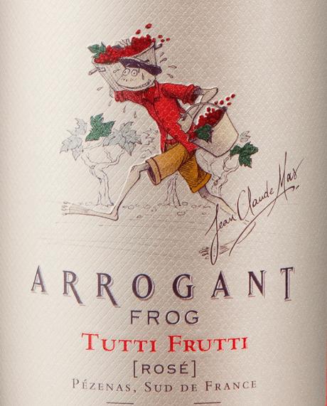 Der Tutti Frutti Rosé aus der Weinbau-Region das Languedoc präsentiert sich im Glas in brillant schimmerndem Erbeer-Rosa. Das Bouquet dieses Roséweins aus Languedoc bezaubert mit Nuancen von Trockenpflaumen, schwarze Johannisbeere, Schattenmorelle und Früchtebrot. Gerade seine fruchtbetonte Art macht diesen Wein so besonders. Dieser Wein begeistert durch sein elegant trockenes Geschmacksbild und wurde mit lediglich 3,3 Gramm Restzucker auf die Flasche gebracht. Wie man es natürlich bei einem Wein jenseits der 5-Euro-Marke erwarten kann, so verzückt dieser Franzose natürlich bei aller Trockenheit mit feinster Balance. Aroma braucht nicht zwangsläufig viel Restzucker. Am Gaumen präsentiert sich die Textur dieses leichtfüßigen Roséweins wunderbar seidig. Durch seine lebendige Fruchtsäure zeigt sich der Tutti Frutti Rosé am Gaumen beeindruckend frisch und lebendig. Im Abgang begeistert dieser lagerfähige Roséwein aus der Weinbauregion das Languedoc schließlich mit beachtlicher Länge. Erneut zeigen sich wieder Anklänge an Veilchen und Heidelbeere. Im Nachhall gesellen sich noch mineralische Noten der von Lehm und Kalkstein dominierten Böden hinzu. Vinifikation des Tutti Frutti Rosé von Arrogant Frog Grundlage für den eleganten Tutti Frutti Rosé aus Languedoc sind Trauben aus den Rebsorten Cinsault, Garnacha und Syrah. Im Languedoc wachsen die Reben, die die Trauben für diesen Wein hervorbringen auf Böden aus Lehm und Kalkstein. Der Tutti Frutti Rosé ist ein Alte Welt-Wein durch und durch, denn dieser Franzose versprüht einen außergewöhnlichen europäischen Charme, der ganz klar den Erfolg von Weinen aus der Alten Welt unterstreicht. Nach der Handlese gelangen die Trauben auf schnellstem Wege in die Kellerei. Hier werden Sie sortiert und behutsam aufgebrochen. Anschließend erfolgt die Gärung im Edelstahltank bei kontrollierten Temperaturen. Der Vinifikation schließt sich eine Reifung für einige Monate auf der Feinhefe an, bevor der Wein schließlich abgefüllt wird. Speiseem