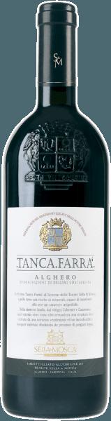 """Der Tanca Farrà Alghero DOC von Sella & Mosca erscheint im Glas in einem intensiven Rubinrot granatroten Reflexen und offenbart sein ausladendes Bouquet mit Aromen von schwarzen Johannisbeeren, Cassis, Dörrpflaume und etwas Holunder mit dezenten grasigen Noten. Am Gaumen ist diese Cuvée vollmundig und trocken, ausgewogen mit harmonischen Tanninen und erscheint wieder mit grasigen Noten und einem flüchtigen Nachgeschmack von Eiche. Vinifikation für den Tanca Farrà Alghero DOC von Sella & Mosca Die Rebsorten für diesen Wein werden im südöstlichen Quadranten der Weingüter von Sella & Mosca mit dem Namen """"Tanca Farrà"""" angebaut. Starke, eisenhaltige Böden aus rotem Lehm und die exponierte Sonnen- und Windlage, verleihen den Reben ihren besonderen Charakter. Das mediterrane Klima der Insel ist von warmen Sommern und milden Wintern geprägt. Nach dem Keltern geht der Gärung eine kalte Auslaugung von 1-2 Tagen bei einer Temperatur von 22-28° Celsius voraus. Erst in der Endphase werden die beiden Rebsorten zusammengesetzt, um den Prozess der Verwandlung in Wein abzuschließen und die nötige Harmonie der Gesamtheit zu erreichen. Zu Beginn wird dieser Wein in Barriquefässern ausgebaut, danach in mittelgroßen Eichenfässern bei einer Temperatur von 15° Celsius und anschließend reift er noch für mindestens 6 Monate in der Flasche. Speiseempfehlung für den Tanca Farrà Alghero DOC von Sella & Mosca Genießen Sie diesen trockenen Rotwein zu Braten, Rind- und Schweinefleisch, Wild oder zu Käse. Auszeichnungen für den Tanca Farrà Alghero DOC von Sella & Mosca Gambero Rosso: 2 Gläser Veronelli: *** (90 Punkte) Wine Spectator: 91 Punkte"""
