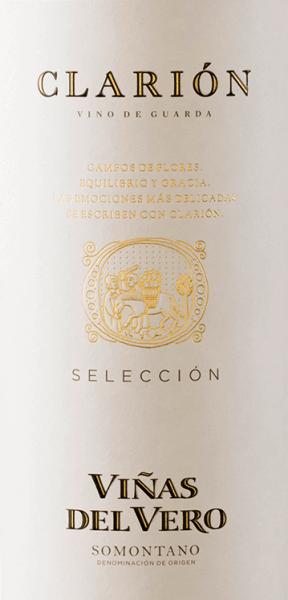 DerClarión von Viñas del Vero ist eine vielschichtige Weißwein-Cuvée aus dem spanischen Anbaugebiet DO Somontano. Diese Cuvée wird ausschließlich aus einer Auslese der besten weißen Rebsorten des Jahrgangs vinifiziert. Im Glas leuchtet dieser Wein in einem strahlenden Hellgold mit grün-goldenen Highlights. Das ausdrucksvolle Bouquet verwöhnt die Nase mit einer intensiven Aromatik - es offenbaren sich gereifte Pfirsiche und saftige Aprikosen zusammen mit weißen Sommerblüten und einen Hauch nach Anis. Am Gaumen präsentiert sich ein wundervolles Zusammenspiel von frischer Säure, gereifter Frucht und feiner Würze. Die Textur hat eine weiche, vollmundige Persönlichkeit, die wunderbar mit dem kraftvollen Körper harmoniert. Das Finale ist wundervoll seidig, lang und harmonisch. Vinifikation desClarión SelecciónViñas del Vero Es werden ausschließlich ausgesuchte weiße Trauben aus den besten Weißweinlagen für diesen Wein Verwendet. Getrennt voneinander werden die Rebsorten im Edelstahltank vergoren. Bis zum folgenden Frühjahr ruhen die Weine in separaten Gebinde, bevor alle Partien nochmals verkostet werden und abschließend im April vom Kellermeister zur finalen Cuvée vermählt werden. Speiseempfehlung für den Viñas del VeroClarión Dieser trockene Weißwein aus Spanien ist ein hervorragender Begleiter zu Vorspeisen, wie knackige Salate mit frischem Ziegenkäse, Pasta mit frischen Meeresfrüchten oder auch zu allerlei Risotto-Variationen.