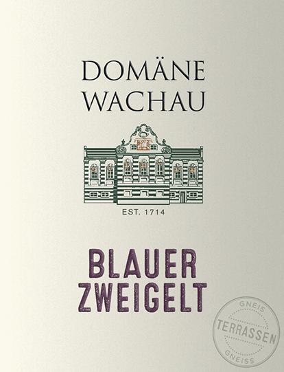 Der Blauer Zweigelt Terrassen von Domäne Wachau ist ein samtiger, rebsortenreiner Rotwein aus dem österreichischen Weinanbaugebiet Wachau. Im Glas schimmert dieser Wein in einem zarten Rubinrot mit purpurnen Glanzlichtern. Das einladende Bouquet verzückt die Nase mit fruchtbetonten Aromen nach saftigen Kirschen und reifen Himbeeren - untermalt von würzigen und mineralischen Anklängen. Wundervoll elegant, sanft und sehr harmonisch präsentiert sich dieser österreichische Rotwein am Gaumen. Die saftige Fruchtfülle und die würzigen Nuancen harmonieren wunderbar mit der gut eingebundenen Säure und der samtigen Tanninstruktur. Dieser Rotwein schließt mit einem angenehm langen Finale und ist bereits in jungen Jahren sehr zugänglich. Vinifikation des Domäne Wachau Terrassen Blauer Zweigelt Von Hand werden die Trauben Mitte Oktober gelesen und umgehend in den Weinkeller der Domäne Wachau gebracht. Dort wird das Lesegut vollständig entrappt, eingemaischt und zunächst für mehrere Tage auf der Maische vergoren. Dadurch werden den Beerenhäuten die gewünschten Farbpigmente, Aromen und sanfte Tannine entzogen. Abschließend wird dieser Wein abgezogen und zur reife in große Holzfässer gelegt, damit dieser harmonisch abrunden kann. Speiseempfehlung für den Zweigelt Terrassen von Domäne Wachau Genießen Sie diesen trockenen Rotwein aus Österreich zu gemütlichen Grillabenden mit der Familie und den Freunden. Oder auch zu Pasta-Gerichten mit pikanter Sauce.
