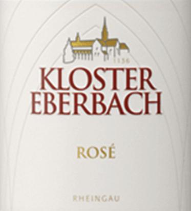 Der Rosé von Kloster Eberbach aus dem deutschen Weinanbaugebiet Rheingau vereint in sich Spätburgunder und weitere ergänzende, rote Rebsorten. Im Glas präsentiert sich dieser Wein in einem pastellangehauchten Rosa mit hellen kirschroten Glanzlichtern. Die Nase wird von roten Beeren und reifen Äpfeln dominiert. Dazu gesellen sich dezent vegetabile Nuancen. Am Gaumen kommt bei diesem deutschen Rosé ganz deutlich reife Erdbeere und saftige Himbeeren in den Vordergrund. Dazu ein sehr filigraner Hauch von frisch gemähten Gras. Die harmonische Säure ist sehr gut in den Körper eingebunden und begleitet in das nachhaltige Finale. Speiseempfehlung für den Kloster Eberbach Rosé Genießen Sie diesen trockenen Roséwein aus Deutschland zu Sommersalten mit Putenbruststreifen, kalten Vorspeisen oder gedämpften Gemüse. Aber auch Solo ist dieser Wein gut gekühlt ein Genuss.