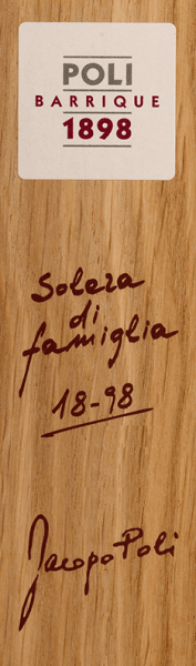 Der Poli Barrique Solera di famiglia von Jacopo Poli ist ein kraftvoller, warmer Grappa, der aus Trestern typischer Rebsorten des Veneto destilliert wird. Im Glas schimmert dieser Tresterbrand in einem glänzenden Bernstein mit dunkelgoldenen Glanzlichtern. Das würzige Bouquet ist von der langen Fassreife geprägt - es entfalten sich Aromen nach getoastetem Holz, dezente Bourbon-Vanille, feiner Kakao und gerösteter Kaffee. Mit einem kraftvollen Körper und warmer Fülle nimmt dieser harmonische Grappa gekonnt den Gaumen ein. Das Finale wartet mit einer wundervollen Länge auf. Destillation JacopoPoli Barrique Solera di famiglia Der noch frische Trester wird traditionell in alten Kupferbrennkesseln destilliert. Nach dem Brennvorgang wird dieser junge Grappa in Barriques aus französischer Allier-Eiche für 13 Jahre zur Reife gelegt. Der Alkoholgehalt beträgt nach dem Destillieren 75 Vol%. Durch die lange Reife reduziert sich diese auf ganz natürlich Weise auf ca. 55 Vol%. Servierempfehlung für denPoli Barrique Solera di famiglia Jacopo Poli Grappa Bei einer Temperatur von 18 bis 20 Grad Celsius offenbart dieser italienische Tresterbrand seine ganze Aromenvielfalt. Servieren Sie diesen Grappa am besten einfach nur Solo oder zu einer gemütlichen Zigarre.