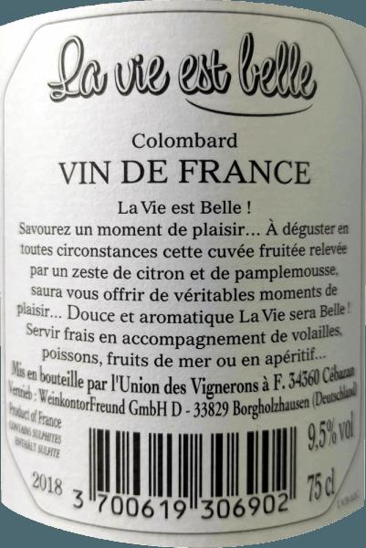 La vie est belle - das Leben kann so schön sein. So leicht und unbeschwert ist dieser knackig, frische Weißwein zu genießen. Der La Vie est belle Wein verzaubert mit seinem frischem und leichtem Geschmack und mit seinem niedrigen Alkoholgehalt vor allem im Sommer. Dieser Wein vermittelt entspanntes Lebensgefühl und macht Lust auf ein Picknick bei strahlender Sonne. Der La vie est belle blanc präsentiert sich in einem hellen Strohgelb im Glas und entfaltet dabei sein frisches und intensives Bouquet mit den Aromen von Grapefruit, Zitrusschale und weißen Blüten. Am Gaumen sind die Noten von vollreifen Limetten und rosa Grapefruit zu spüren. Die belebende Säure ist im perfekten Gleichgewicht zur dezenten Restsüße dieses Weines aus Frankreich. Vinifikation des La vie est belle Weißwein Dieser frische Wein aus 100% Colombard- Trauben wurde im Stahltank ausgebaut. Da der Wein nicht komplett durchgegoren wurde und selektiertes Lesegut mit geringerem Oechsle-Grad verwendet wurde, begeistert der La Vie Est Belle Blanc mit einem Alkoholgehalt von unter 10 % vol. und einer feinen, dezenten Restsüße, die ihm einen herrlichen Schmelz verleiht. Speiseempfehlung für den La vie est belle blanc Der geringe Alkoholgehalt macht diesen südfranzösischen Wein zum idealen Sommerwein. Genießen Sie diesen Weißwein zu leichten Sommergerichten, Antipasti und Salaten.
