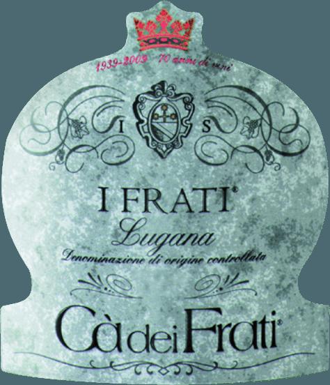 DerI Frati Lugana von Cà dei Frati ist der ganze Stolz des Weingutes und wird aus der heimischen RebsorteTurbiana (Trebbiano) vinifiziert. Im Glas leuchtet dieser Wein in einem klaren Strohgelb mit goldenen Highlights. Das Bouquet ist wunderbar facettenreich - in jungen Jahren wird die Nase von feinen Noten nach weißen Blüten, saftigen Aprikosen und Mandeln verwöhnt. Wird diesem italienischen Weißwein Zeit gegeben, so gesellen sich mineralische und würzige Nuancen sowie karamellisierte Aromen hinzu. Am Gaumen ist dieser Wein herrlich vollmundig mit einer vitalen und überschwänglichen Säure. Die würzige Essenz ist perfekt in den geradlinigen, mineralischen und eleganten Körper eingebunden. Dieser Weißwein überzeugt mit seiner finessenreichen, komplexen Persönlichkeit und seiner ausdrucksstarken Aromenvielfalt. Vinifikation desCà dei FratiLugana Nach der sorgsamen Lese der Trauben werden diese in umgehend in die WeinkellereiCà dei Frati gebracht. Der Most wird im Edelstahltank vergoren und wird in diesem für mindestens 6 Monate auf der Feinhefe belassen (sur Lie Ausbau). Abschließend reift dieser Wein für weitere 2 Monate auf der Flasche. Speiseempfehlung für den LuganaCà dei Frati Genießen Sie diesen trockenen Weißwein aus Italien zu lauwarmen Vorspeisen oder auch zu gegrilltem Fisch mit Petersilienkartoffeln. Prämierungen für den I Frati Lugana Falstaff: 92 Punkte für 2017 Mundus Vini: Bester Weißwein Italiens für 2017 Vinum: 17/20 Punkte für 2017 Wine Enthusiast: 91 Punkte für 2015